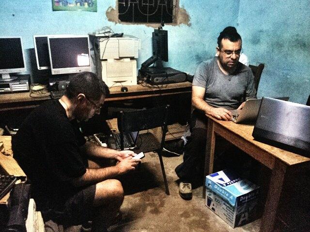 Ciber café a las afueras de Bignona, Senegal. Difíciles condiciones de trabajo